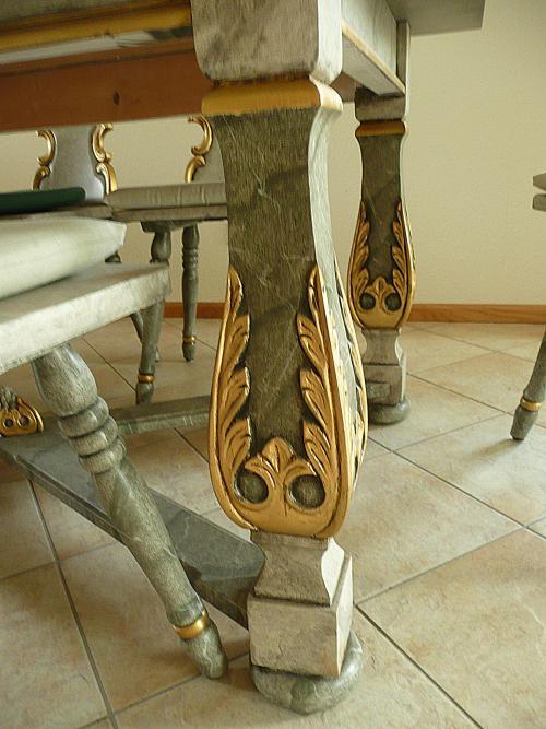 Detail zum Tölzer Bauerntisch mit Massiv-Schnitzerei, handbemalt